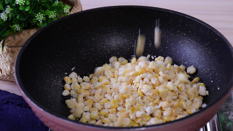 香甜玉米烙,放入玉米粒摊平整并且按压紧实