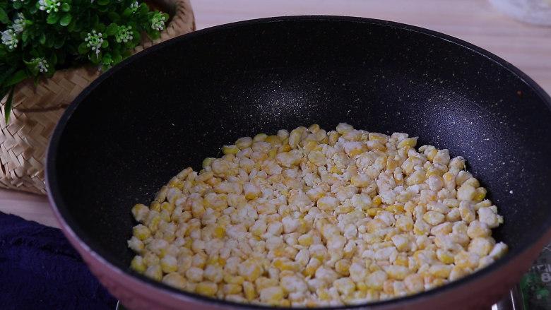 香甜玉米烙,用小火加热1分钟左右,大概玉米微微定型即可