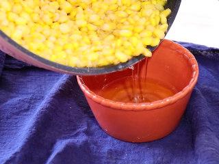 香甜玉米烙,玉米烙炸熟后倒出所有的油