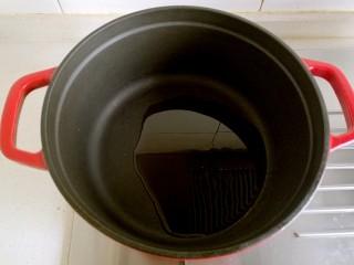 台湾卤猪脚,锅中放油烧热。