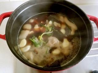 台湾卤猪脚,水烧开后,转小火焖一个小时。
