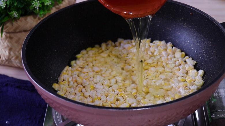 香甜玉米烙,倒入之前盛出的热油没过玉米粒