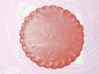 卡通小金鱼,取红色面团擀个大圆饼,边缘处用刮刀往里推,做个大底盘。