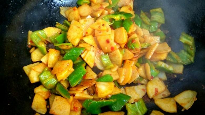 尖椒土豆片,大火翻炒均匀关火