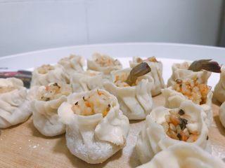 #宝宝辅食#香菇虾仁糯米烧卖 24M+,用虾尾在表面装饰