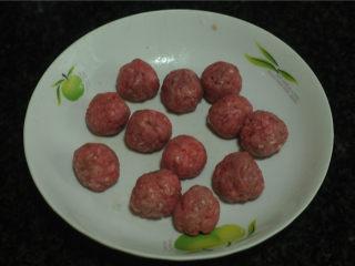 牛肉丸烫上海青,不用搅散,直接用手捏成丸子,非常方便
