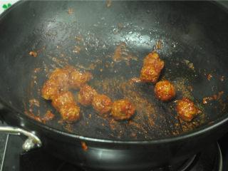 牛肉丸烫上海青,轻轻翻炒,至丸子均匀裹上酱汁,关火备用