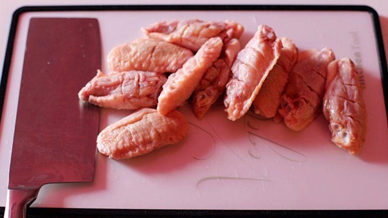香辣烤翅,沥干水份用刀在鸡翅正反面各划三刀