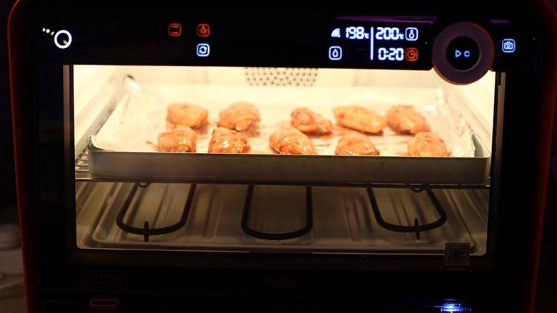香辣烤翅,烤盘铺锡纸,将鸡翅摆放其上入烤箱200度烘烤10分钟。