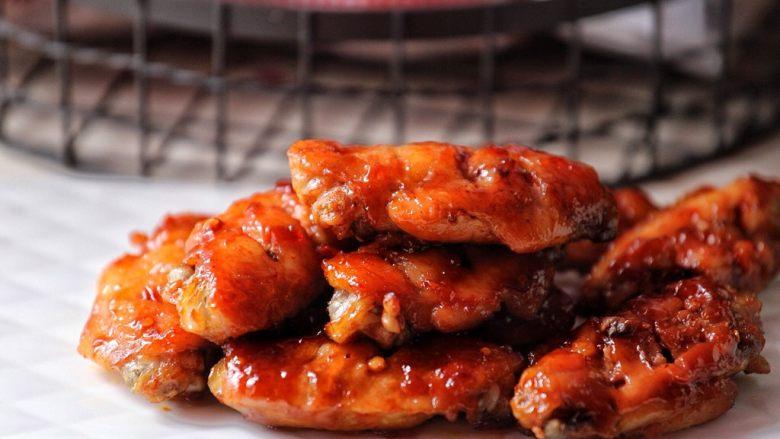 香辣烤翅,用烧烤酱代替叉烧酱均可,从烤箱取出鸡翅双面都需刷一层调味酱与蜂蜜。