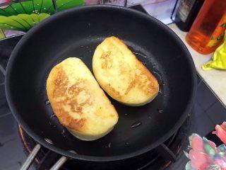 美好早餐开启美丽心情の黄金果酱馒头西多士+美式炒鸡蛋,煎到两面金黄色,即可