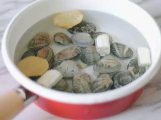 花蛤蒸蛋,浸泡好的花蛤,反复冲洗干净,放入锅中,清水中放入两片生姜和葱段,煮至花蛤开口后捞出,煮花蛤的水不要倒掉,冷却备用。