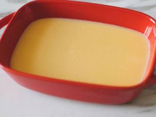 花蛤蒸蛋,将蛋液倒入蒸蛋的器皿中。