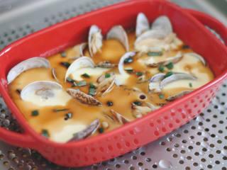 花蛤蒸蛋,出炉后撒少许葱花,淋蒸鱼豉油。