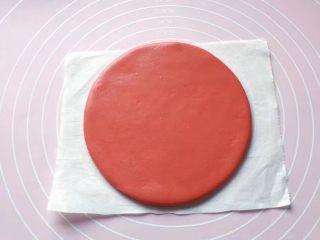 双色花馒头,将发酵好的面团分别排气揉匀后,先取红色面团擀个大圆饼。(面饼大小可随个人喜好)