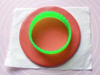 双色花馒头,拿个圆形模具在圆饼的中央位置轻轻压个印。