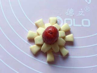 双色花馒头,同样的方法再做一个黄色的小花,中间放上一个红枣。