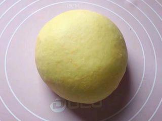 双色花馒头,和黄色面团:将2克酵母粉、150克面粉和25克白糖放入一盆中,加入适量南瓜泥,边加边用筷子搅拌成絮状。然后用手和成软硬适中的面团,盖上保鲜膜放温暖处发酵至2倍大。
