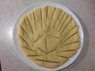绿豆糕,放盘子里铺平划开冷凉