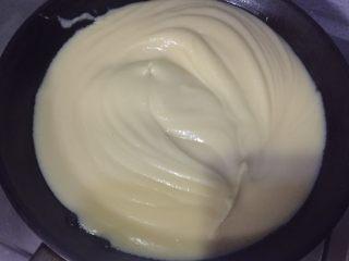 绿豆糕,倒入不粘锅,中小火不停的翻炒