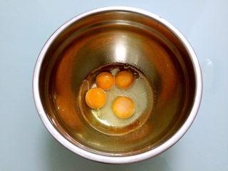 蛋糕盒子,蛋黄中加入白糖,玉米油,清水搅拌均匀