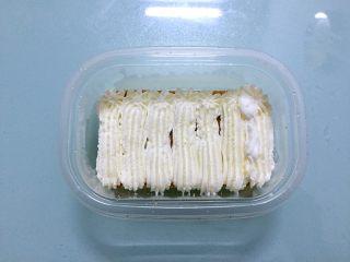 蛋糕盒子,再挤入奶油