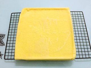 蛋糕盒子,烤好取出震一震后倒扣在烤网上,轻轻的撕掉油纸晾凉