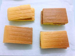 蛋糕盒子,把晾凉的蛋糕切成略小于盒子大小的片状