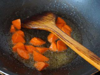 果味牛肉粒,利用余油炒香胡萝卜