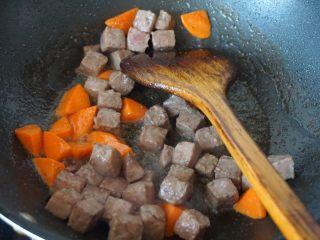 果味牛肉粒,然后倒回牛肉粒炒