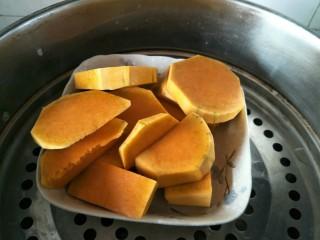 金钱小面包,南瓜切片上锅蒸。