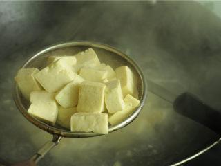 红烧豆腐,捞出,沥干水