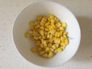 五彩虾仁粥,玉米煮熟切出玉米粒