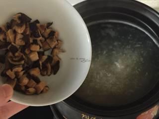 五彩虾仁粥,煮开后加入香菇碎