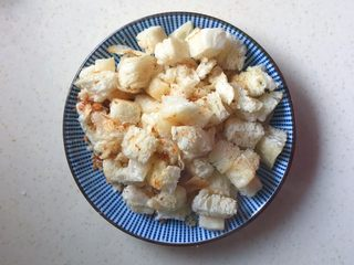 洋葱馒头煎鸡蛋,炒好后装到盘里备用