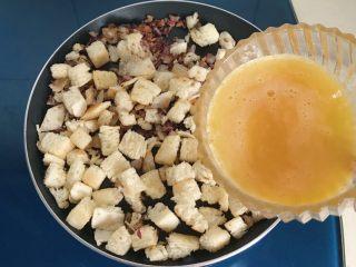 洋葱馒头煎鸡蛋,把翻炒好的馒头洋葱一起倒入锅中,再倒入打散的鸡蛋液
