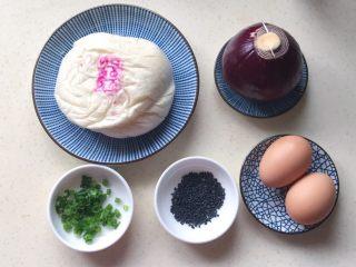 洋葱馒头煎鸡蛋,准备好食材