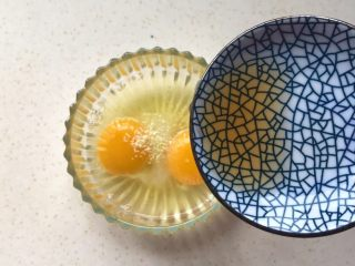 洋葱馒头煎鸡蛋,倒入料酒