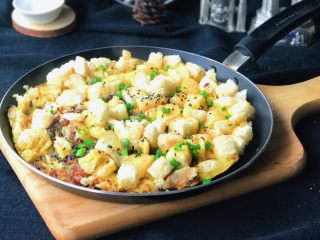 洋葱馒头煎鸡蛋,直接在锅里吃也是超棒的