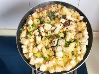 洋葱馒头煎鸡蛋,煎好后是连在一起的馒头鸡蛋煎饼