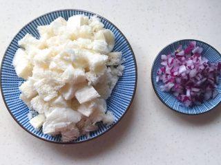 洋葱馒头煎鸡蛋,切好装盘备用