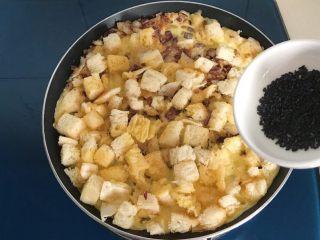 洋葱馒头煎鸡蛋,等蛋液凝固后,撒上黑芝麻