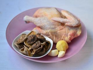 香菇焖鸡肉,材料准备好