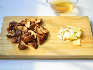 香菇焖鸡肉,切成小块,姜蒜切小片