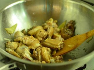香菇焖鸡肉,煸炒至鸡块水分收干