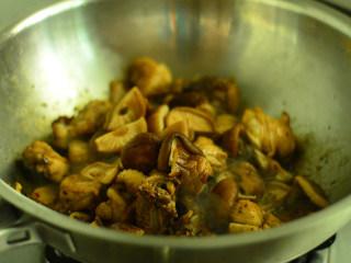 香菇焖鸡肉,加入香菇,大火烧开,小火炖20分钟