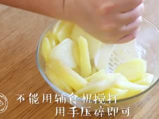 黄金虾球12m+(宝宝辅食),把蒸熟的土豆片,手动压成泥,不能用辅食机搅打哈,不然土豆泥太粘稠,不容易包上虾仁,一定要切记哈~