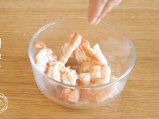 黄金虾球12m+(宝宝辅食),腌制一会:依次撒上胡椒粉、盐,搅拌均匀~