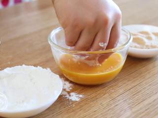 黄金虾球12m+(宝宝辅食),包好的虾先放淀粉里滚一圈,再沾上鸡蛋液、最后外面裹一层面包糠,虾球准备工作就基本完成啦~