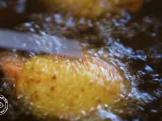 黄金虾球12m+(宝宝辅食),放入虾球,开始炸,稍微搅拌翻面,直到炸的虾球四周金黄就可以捞出来了~